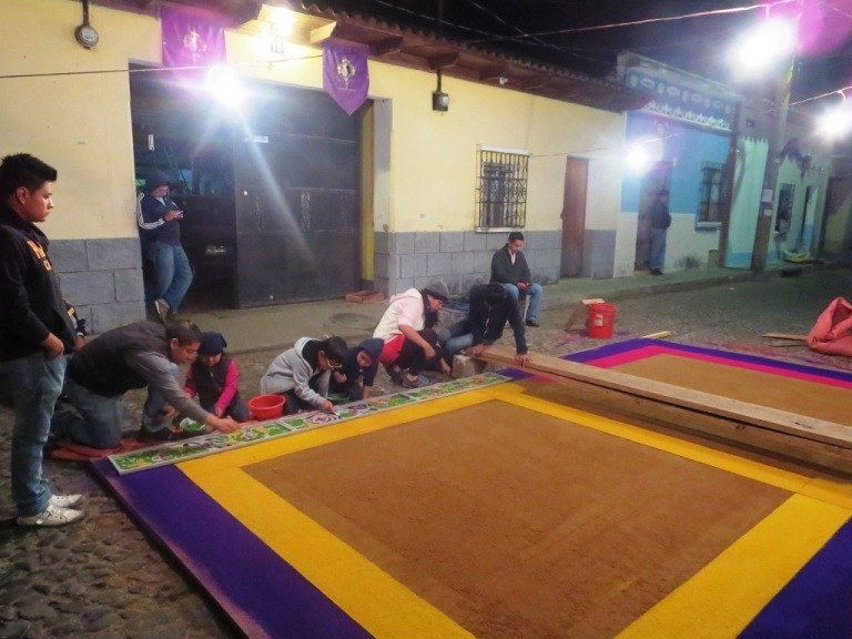 making a carpet alfombra antigua guatemala semana santa