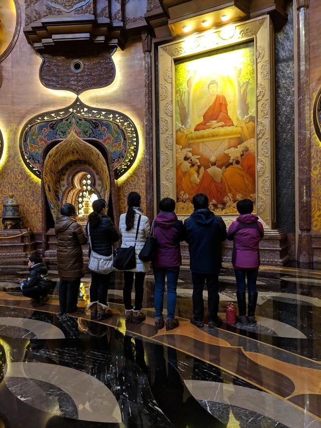 praying in usnisa palace