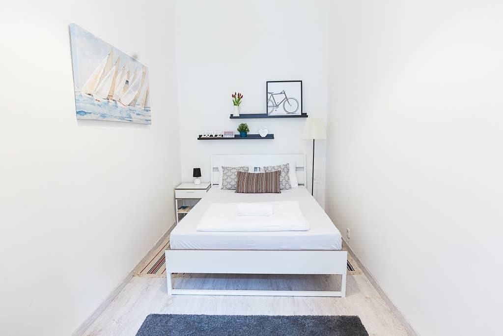 small bedroom in budapest airbnb