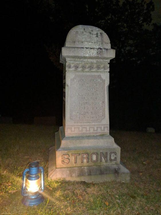headstone in sleepy hollow on halloween tour