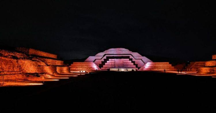 pyramids lit up at experiencia nocturna en teotihuacan